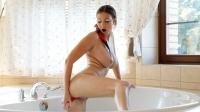 Tettona si masturba la figa nella vasca da bagno