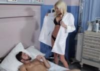 Dottoressa Riley Evans si fotte il paziente cazzuto