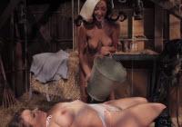 Sesso nel fienile con due lesbiche