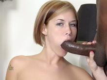 Sgualdrina affamata succhia un grande cazzo nero