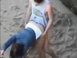 Puttana giovane si scopa sulla spiaggia