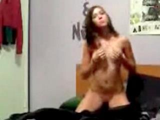 Diciottenne eccitata si masturba sul webcam